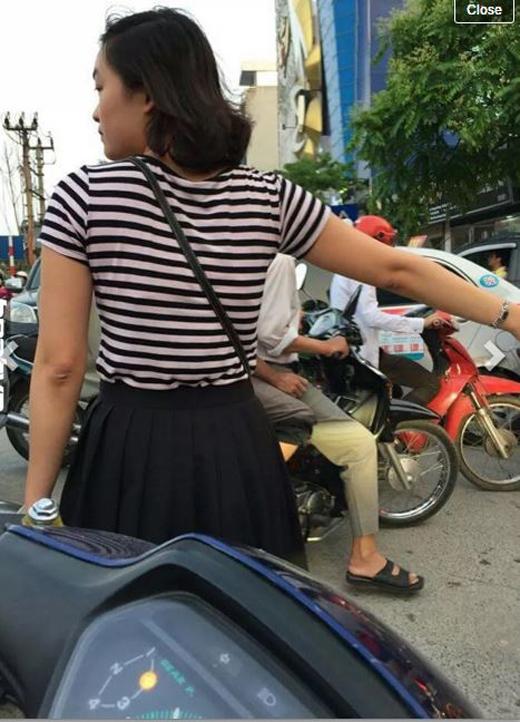Hai bạn trẻ đứng ra phân luồng giao thông ở Hà Nội. Ảnh: FB