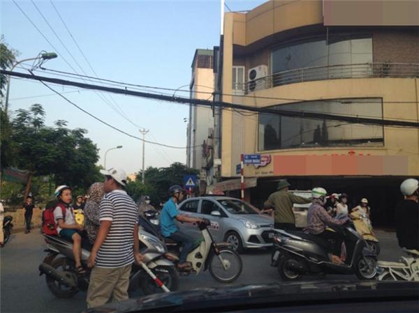 Nam thanh niên mặc quần ngố đứngphân làn giao thôngtại ngã tư Nguyễn Ngọc Vũ - Quan Nhân (Hà Nội). Ảnh: Internet