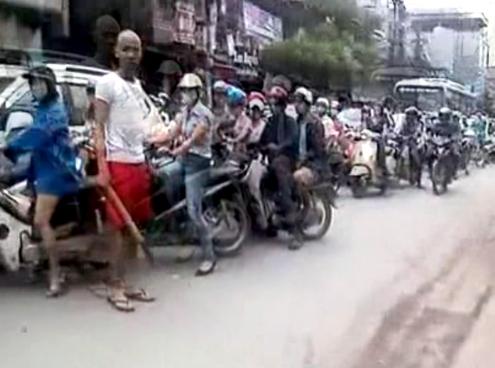Thanh niên dùng điếu cày để phân luồng giao thông. Ảnh: Cắt từ clip