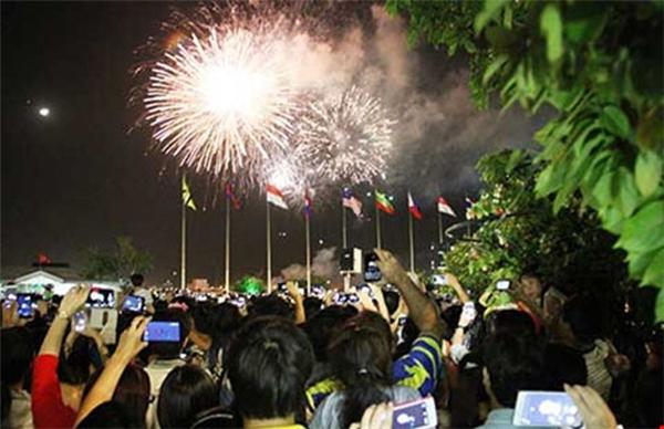 Niềm vui của người dân khi xem những chùm pháo hoa đẹp mắt