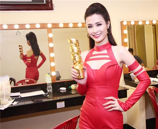 """Đông Nhi vỡ oà hạnh phúc vì nhận được giải thưởng Nữ ca sĩ được yêu thích nhất với số lượng bình chọn """"khủng"""". - Tin sao Viet - Tin tuc sao Viet - Scandal sao Viet - Tin tuc cua Sao - Tin cua Sao"""