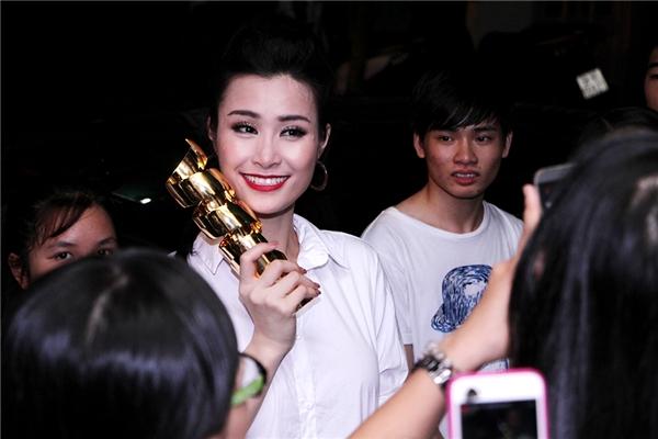 Nữ ca sĩ cũng không quên cầm chiếc cúp ra để khoe và chụp ảnh cùng các bạn. - Tin sao Viet - Tin tuc sao Viet - Scandal sao Viet - Tin tuc cua Sao - Tin cua Sao