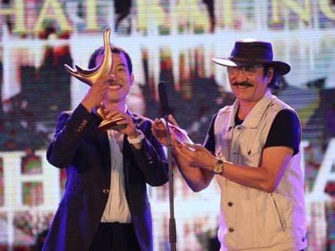Tiếp theo đó là giây phút vỡ òa của nhạc sĩMew Amazing, khi liên tiếp lên sân khấu nhận giải Cống Hiến cho Thật bất ngờở hạng mục Ca khúc của năm và giải thưởng Nhạc sĩ của năm, dành cho chínhMew Amazing. - Tin sao Viet - Tin tuc sao Viet - Scandal sao Viet - Tin tuc cua Sao - Tin cua Sao
