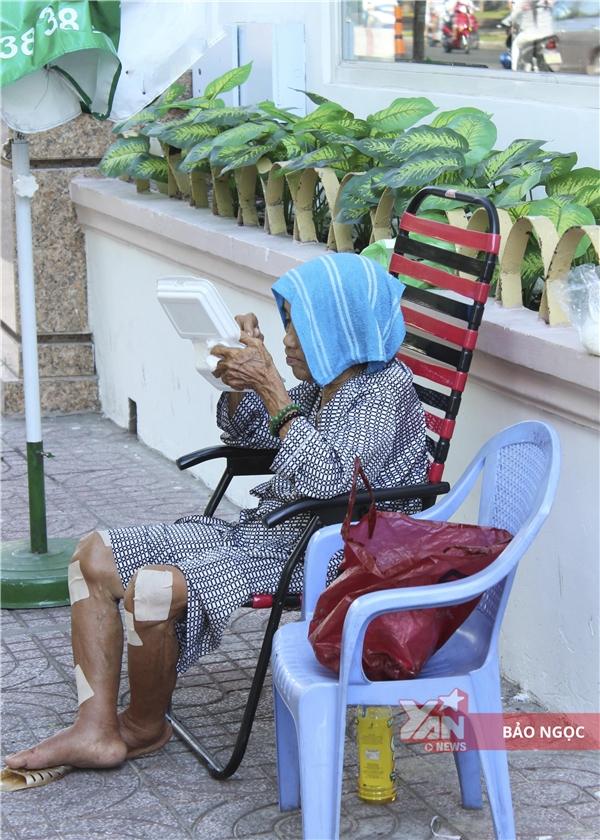 Giờ không thể tự mình đi bán như trước, ngày bà ngồi sau trạm xe buýt, đêm vào hẻm ngủ nhờ.