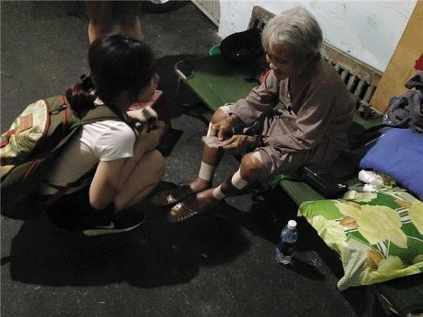 Hễ tan học sớm,Nhã Uyển, Xuân Mi đều dành chút thời gian thăm nom trò chuyệnvới bà Mai. (Ảnh:NVCC)