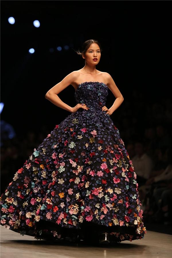 Chà Mi trình diễn mẫu váy xòe được đính kết hoa nổi bật.
