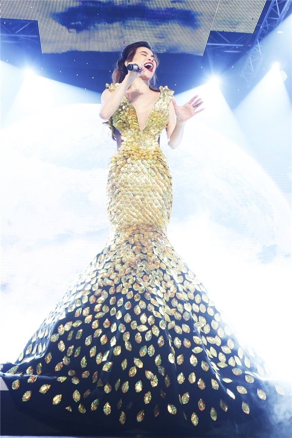 Lan Khuê, Phạm Hương đọ sắc với trang phục gợi cảm