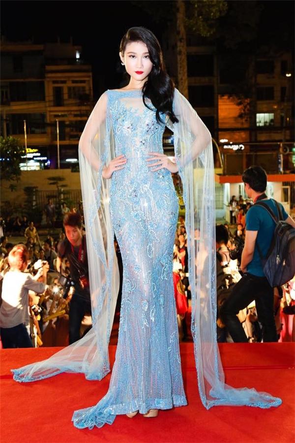 Bộ váy xuyên thấu của Kha Mỹ Vân lại nổi bật nhờ phần tay cape cách điệu thú vị cùng loạt họa tiết đính kết kì công. Thiết kế giúp nữ người mẫu phô diễn trọn vẹn chiều cao cùng khung xương cò hương đáng mơ ước.