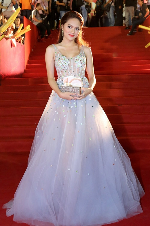 Hương Giang Idol như nàng công chúa khi diện dáng váy xòe trên nền chất liệu xuyên thấu mềm mại, mượt mà. Bộ váy trở nên lộng lẫy hơn nhờ những chi tiết đính kết tập trung ở phần ngực và thắt eo.