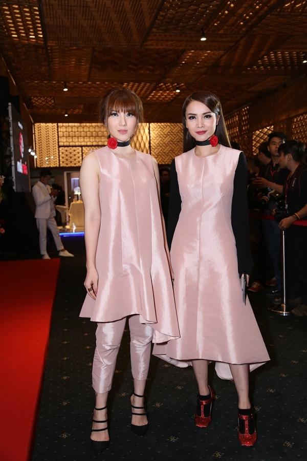 """Chị em Yến Nhi - Yến Trang ton-sur-ton trong hai bộ cánh màu hồng nude bay bổng của NTK Quang Nhật. Hai nàng én chia sẻ rất vui và háo hứng mỗi lần được tham gia tuần lễ thời trang, bởi lẽ đây là dịp các cô được xúng xính đồ đẹp nhằm """"so găng"""" với các tín đồ thời trang thực thụ nước nhà."""