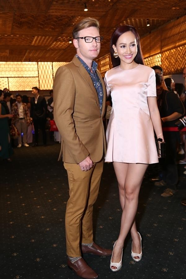 Kyo York lịch lãm với suit màu nâu vàng. Đây là đêm thứ 2 nam ca sĩ gốc Mỹ tham dự, đi cùng anh là á hậu Kim Duyên.