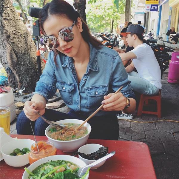 Maya giản dị đi ăn bánh đa cua Hải Phòng. Người đẹp cho biết sẽ quay trở lại Sài Gòn vào chiều nay 25/4. - Tin sao Viet - Tin tuc sao Viet - Scandal sao Viet - Tin tuc cua Sao - Tin cua Sao
