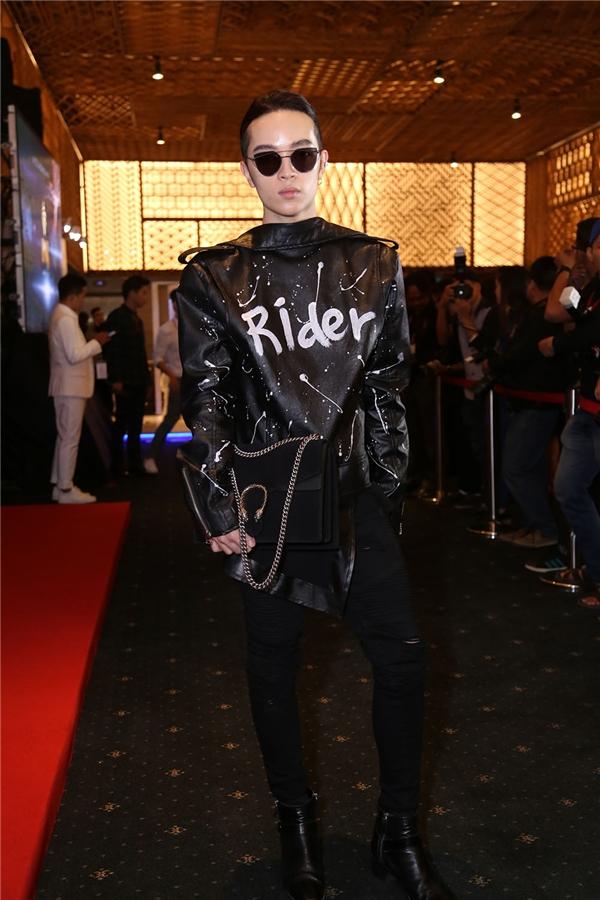 Trong khi đó, Kelbin Lei vẫn trung thành với phong cách unisex vốn đã làm nên thương hiệu. Đồng hành với Kelbin trên thảm đỏ này chính là nhà mốt Gucci.