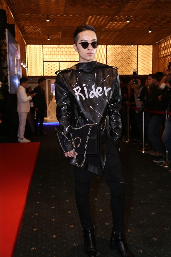 Diện trang phục chỉ với sắc đen trầm mặc, Kelbin Lei vẫn cực kì thu hút với hàng loạt item được chọn phối cầu kì nhưng tinh tế. Chàng stylist danh tiếng còn lăng xê chiếc kính Gentle Monster - món phụ kiện đang gây sốt trong mùa thời trang Xuân - Hè năm nay.