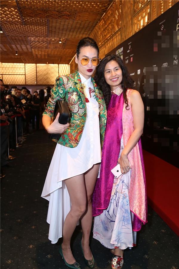 Biên tập viên thời trang Trương Thanh Trúc sánh vai cùng nhà thiết kế Thủy Nguyễn. Cô diện bộ trang phục vừa hiện đại nhưng vừa mang màu sắc truyền thống.