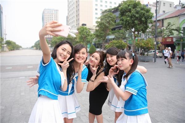 """Thủy Top """"nhắng nhít"""" bên nhóm nhạc nữ đến từ Nhật Bản. - Tin sao Viet - Tin tuc sao Viet - Scandal sao Viet - Tin tuc cua Sao - Tin cua Sao"""