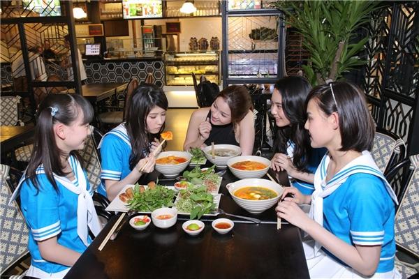 Bốn cô gái đến từ Nhật Bảngồm Shinomiya Nagisa, Yukina Hashimoto, Miho Akiyama và Airi Ikematsu vô cùng thích thú khi thưởng thức các món ăn Việt Nam. - Tin sao Viet - Tin tuc sao Viet - Scandal sao Viet - Tin tuc cua Sao - Tin cua Sao
