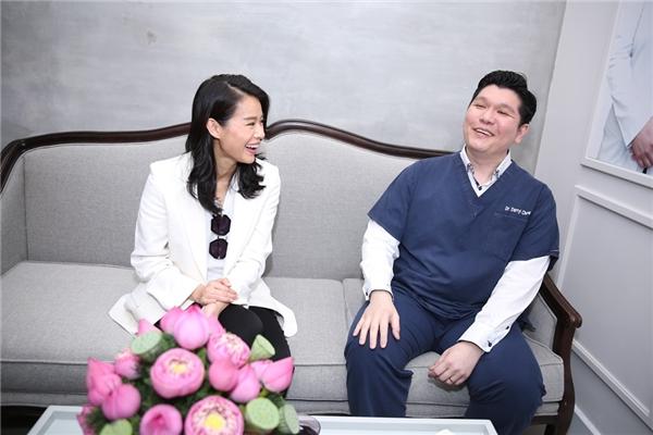 Ngoài ra, Hồ Hạnh Nhi còn gặp gỡ, trò chuyện với các bác sĩ tại đây và được họ tư vấn về nhan sắc.