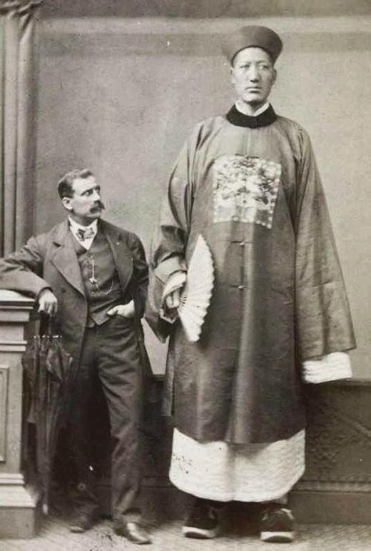 Một người khổng lồ không rõ danh tính ở thời nhà Thanh, bức ảnh được chụp năm 1879.
