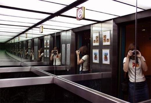 Nhữngtấm gương trong thang máytạo cảm giác không gian được mở rộng ra, thoáng đãng và thoải mái hơn.(Ảnh: Internet)