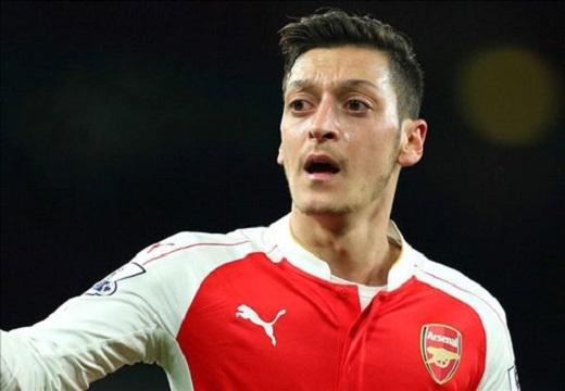 Mesut Ozil được công nhận là cầu thủ tạo nhiều cơ hội ăn bàn nhất một mùa giải trong lịch sử Premier League