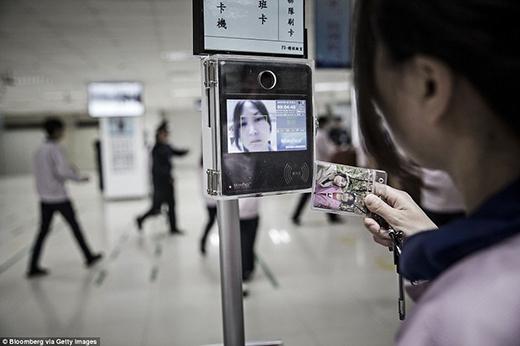 Bên cạnh nhận diện, công nhân còn phải quét thẻ một lần nữa. (Ảnh: Internet)