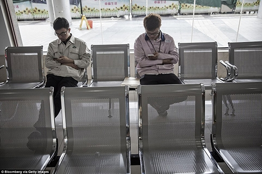 Một số công nhân còn tranh thủ sử dụng điện thoại trong khu dịch vụ. (Ảnh: Internet)
