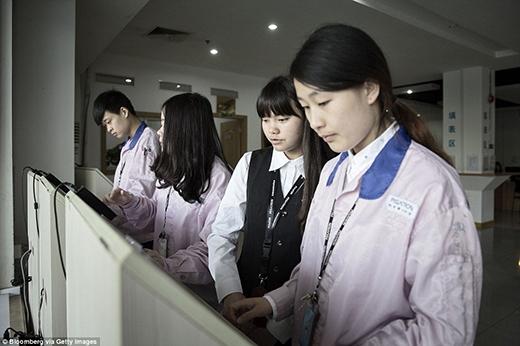 Tại khu dịch vụ, các nhân viên có thể kiểm tra tiền lương của mình. (Ảnh: Internet)