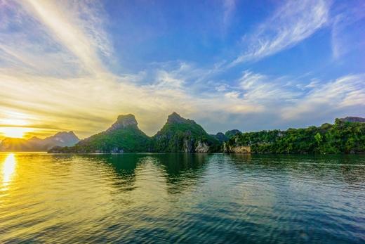 Những tia nắng rực rỡchiếu xuyên quatừng hòn đảo nhỏ kìdị nơi đâylà bức tranh huyền ảotuyệt đẹp mà bất cứ ai cũng muốn một lần tận mắt thấy.(Ảnh: Internet)