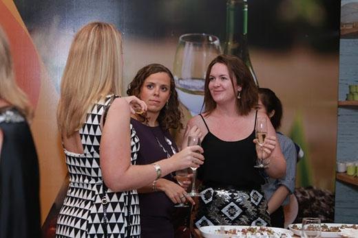 Các thực khách trò chuyện vui vẻ,dùng các món khai vị và rượu vang thượng hạng đến từ Úctrước khi bắt đầu bữa tiệc.