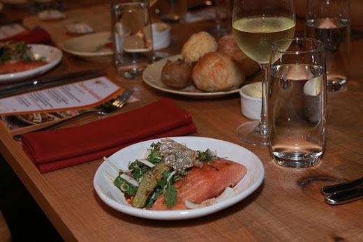 Cận cảnh món ăn thứ nhất - Cá hồi Tasmanian kết hợp với thịt dừa và các loại salad. Với hương vị BBQ Nam Jimthơm lừng và đậm đà, vị chua chua của nước sốt và vị ngọt từ thịt cá hồi đã để lại một ấn tượng khó quên trong lòng thực khách, đặc biệt là khi nhấm nháp một ít rượu Jacob's Creek hảo hạng lại càng khiến món ăn ngon hơn bội phần.
