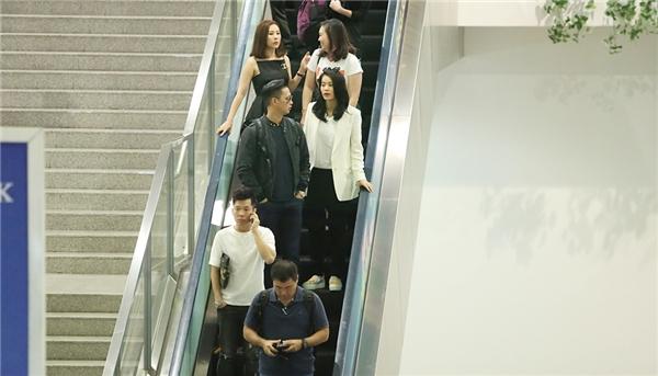 Đúng 11h, nữ diễn viên Hồ Hạnh Nhi đã đáp chuyến bay từ Singapore và có mặt tại sân bay quốc tế Tân Sơn Nhất trong sự hò reo nồng nhiệt từ phía khán giả.