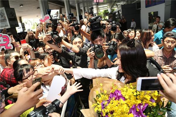 Hồ Hạnh Nhi cười hạnh phúc trong vòng tay người hâm mộ.