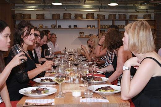 Thực khách tỏ ra phấn khích khi thưởng thức món ăn thứ hai.