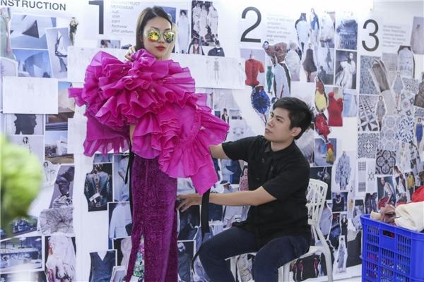 Tuy nhiên, do mối thâm tình với nhà thiết kế Quang Nhật nên Lan Khuê đã dành thời gian để tham gia trình diễn. Trước đó, Lan Khuê cũng đã có buổi thử trang phục với Quang Nhật để chỉnh sửa các số đo cho thật vừa vặn.