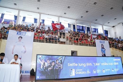 Nhà thi đấu Tân Bình chật cứng cổ động viên tham gia bên cạnh người bạn đồng hành mới toanh của VUG 2016 – Galaxy J3