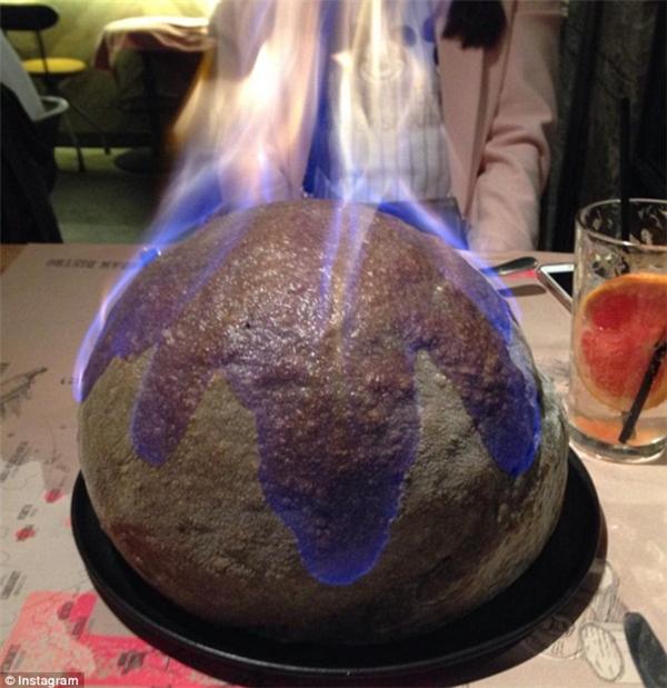 Nhà hàng The Place ở Yongsan-gu, Seoul, là nơi khai sinh ra chiếc pizza The Bomb cực ngầu này.(Ảnh: Instagram)
