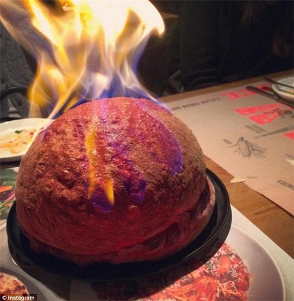 Chiếc bánh nhanh chóng thu hút sự chú ý của cộng đồng mạng với hàng nghìn lượt chia sẻ trên Instagram.(Ảnh: Instagram)