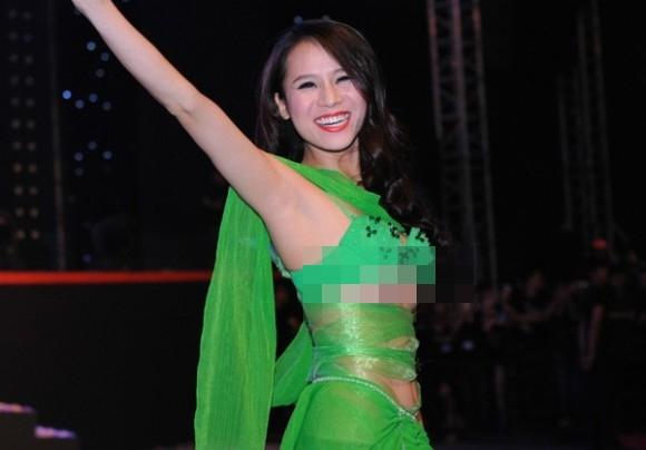 Những đường cắt xẻ sâu hút đã làm lộ gần như toàn bộ vòng 1 của Thái Hà. Sau màn trình diễn này, cô đã phải nộp phạt 10 triệu đồng.