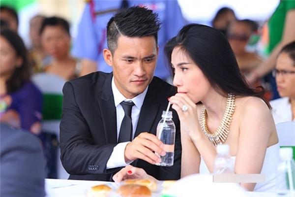 """Từng là một hình mẫu vợ chồng đẹp trong làng giải trí Việt, thế nhưng giờ đây Công Vinh và Thủy Tiên lại đang phải """"hứng chịu"""" thị phi từ sự khoe khoang thiếu khôn ngoan của họ. - Tin sao Viet - Tin tuc sao Viet - Scandal sao Viet - Tin tuc cua Sao - Tin cua Sao"""