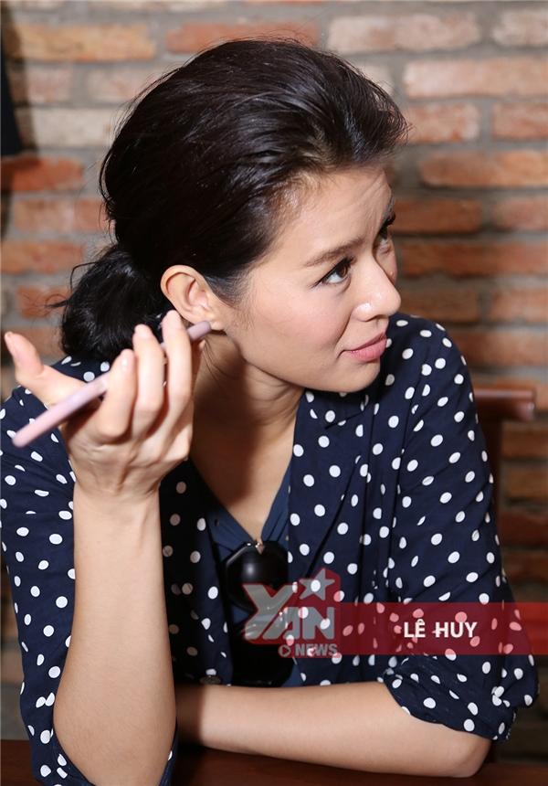 Nữ diễn viên chăm chú nghe ca khúc Ngày buồn nhất của Bảo Thy