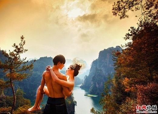 Cô dâu chú rể ôm ấp thân mật với nhau giữa núi rừng hoang vắng.(Ảnh: Internet)