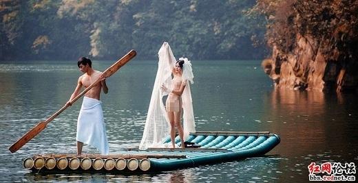 Cô dâu nửa kín nửa hở giữakhông gian mênh mông, rộng lớn trên mặt hồ.(Ảnh: Internet)