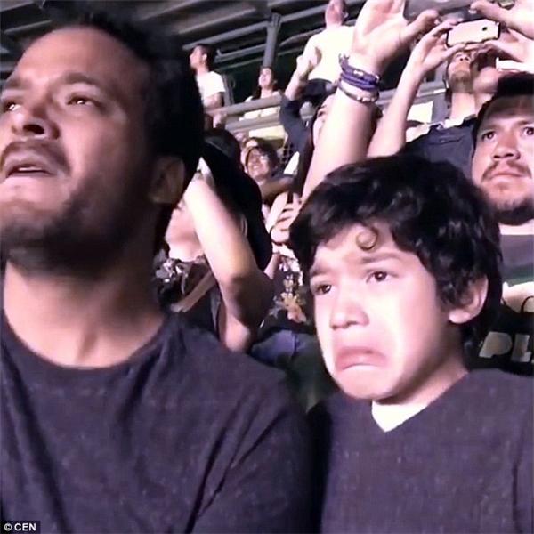 Được lắng nghe ban nhạc thần tượng trình diễn ca khúc Fix You mình yêu thích, cậu bé rơi nước mắt lã chã trong khi niềm xúc động hòa lẫn với sự sung sướng. (Ảnh: Internet)