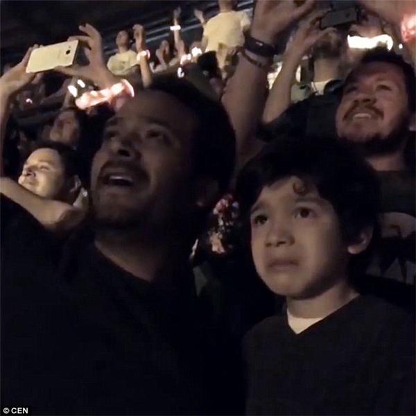 Cậu bé sung sướng đến nỗi không nhảy nhót được nữa mà chỉ biết khóc. (Ảnh: Internet)