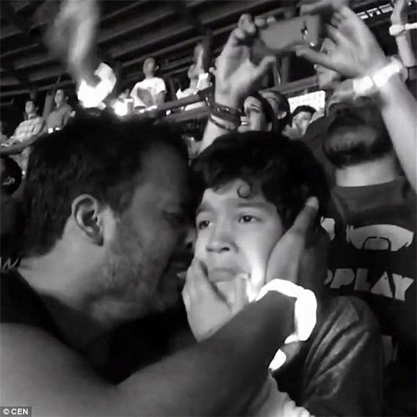 Anh Luis cũng hết sức xúc động khi thấy phản ứng của con trai. (Ảnh: Internet)