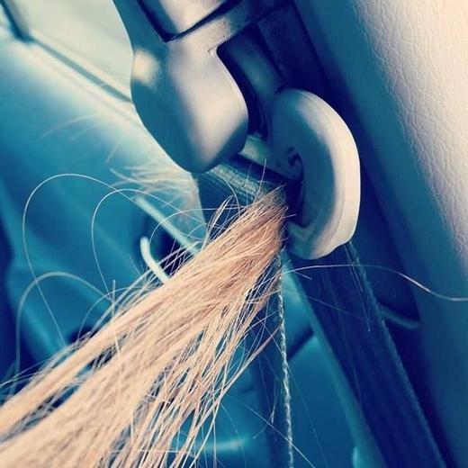 Tóc dài nghĩa là vướng víu. Tóc vướng vào dây kéo áo, dính vào răng hay thậm chí kẹt vào cửa sổ. Không gì là an toàn với tóc dài. (Ảnh: Internet)