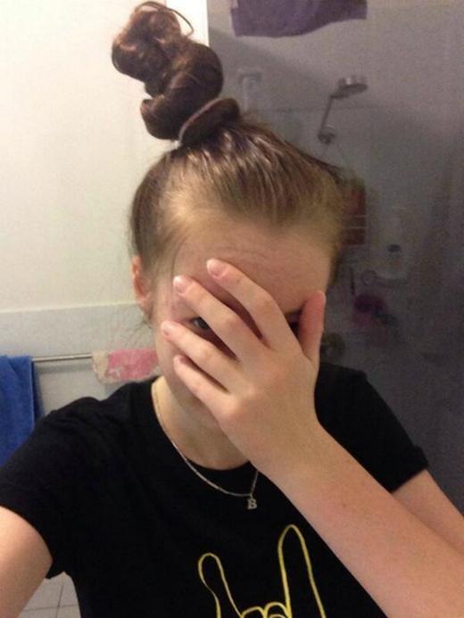 Muốn buộc tóc đuôi ngựa để trở nên sành điệu ư? Hãy quên đi. Một khi thả tóc xuống, bạn chỉ muốn cắt phang nó đi vì … đau đầu quá. (Ảnh: Internet)