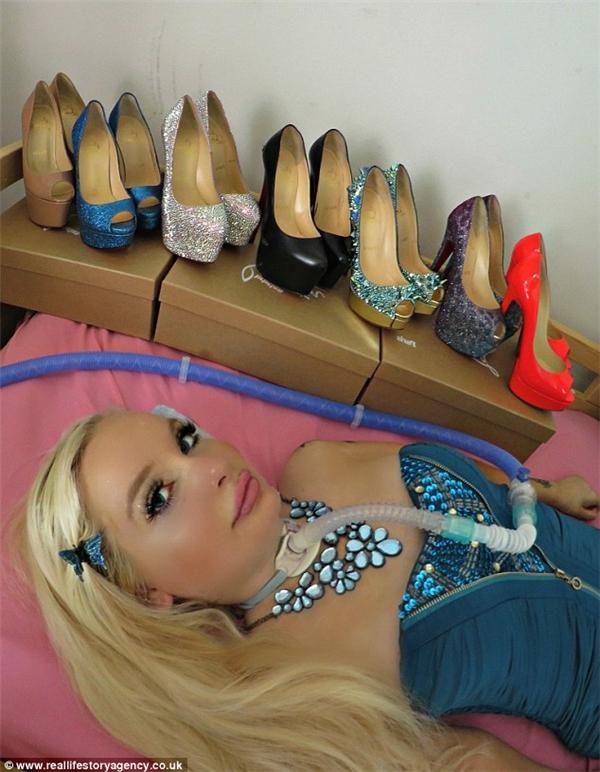 Dù không đi lại được nhưng bộ sưu tập giày của Jasmin vẫn ngày càng tăng lên do đam mê của cô. (Ảnh: Internet)