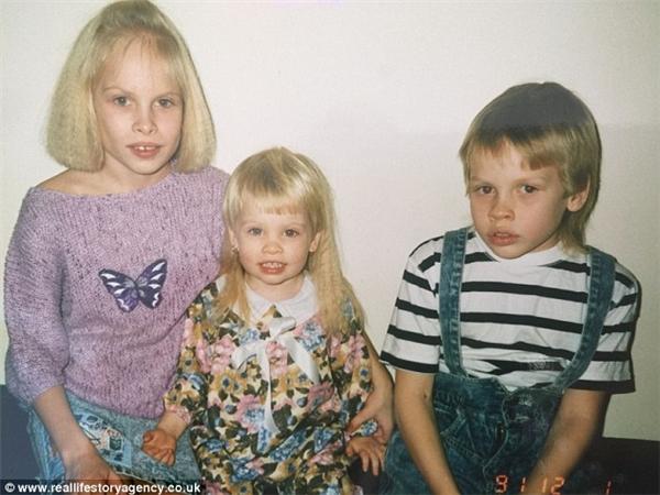 Jasmin, ngồi giữa, chụp hình cùng anh chị mình. (Ảnh: Internet)